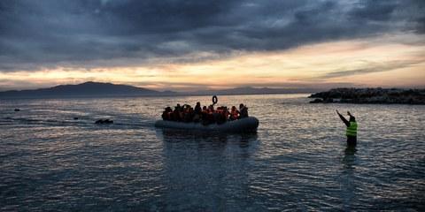 Un bateau gonflable arrive sur l'île de Lesbos, en Grève, en provenance de la Turquie, février 2016. © ARIS MESSINIS/AFP/Getty Images