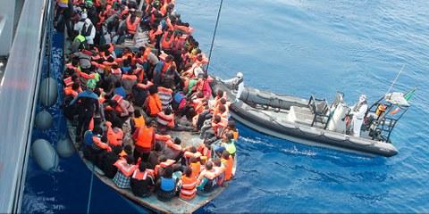 Le navire irlandais Eithne récupérant des migrants en mer, en juin 2015. © Irish Defence Force / Flickr