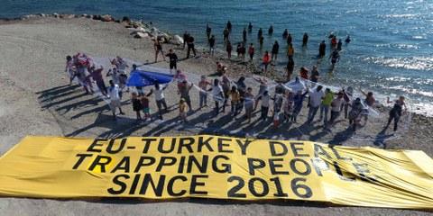 Des militants et des réfugiés réunis pour demander aux leaders de l'Union européenne d'agir sur l'île grecque de Lesbos. Grèce, Lesbos,  21 juillet 2017. © Giorgos Moutafis pour Amnesty International