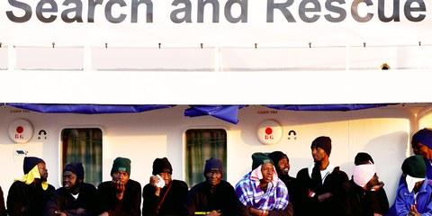 Des migrants attendent de débarquer du MV Aquarius après son arrivée à Augusta sur l'île de Sicile en janvier 2018. © REUTERS/Antonio Parrinello