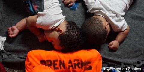 121 personnes, dont une trentaine d'enfants et deux bébés, se trouvent toujours à bord de du navire OpenArms de l'ONG Proactiva, par une chaleur écrasante. © Francisco Gentico
