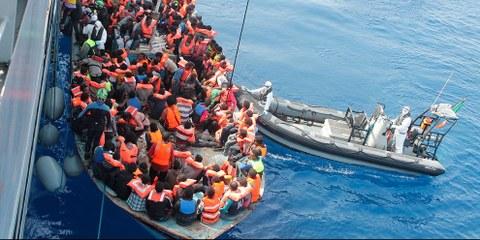 Près de 150 personnes se sont noyées en Méditerranée le 25 juillet, environ le même nombre d'individus ont été renvoyés en Libye par les garde-côtes libyens, où ils risquent d'être détenus dans des conditions atroces. © Irish Defence Force / Flickr