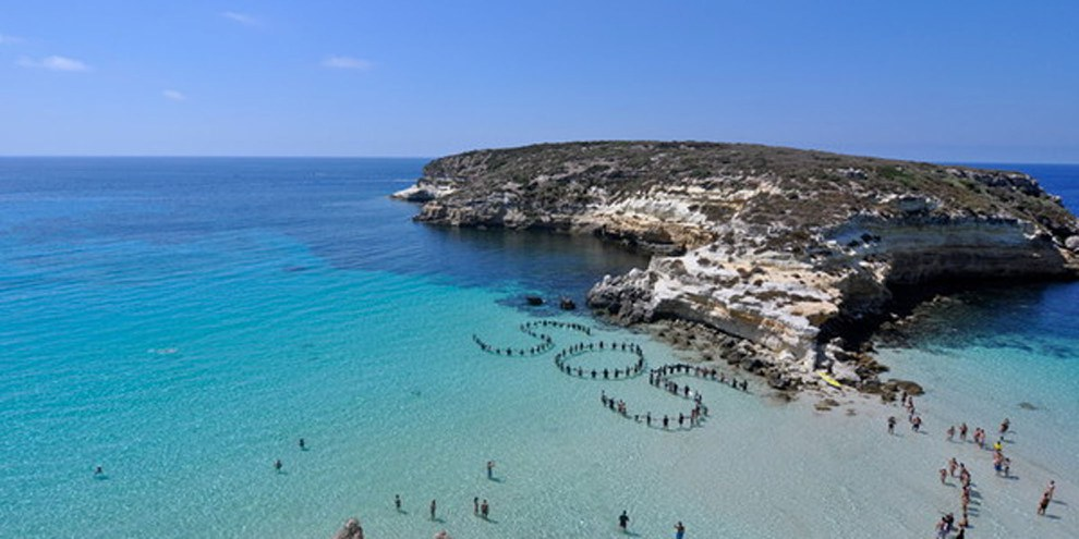 Action d'Amnesty sur les plages de Lampedusa.  © Amnesty International