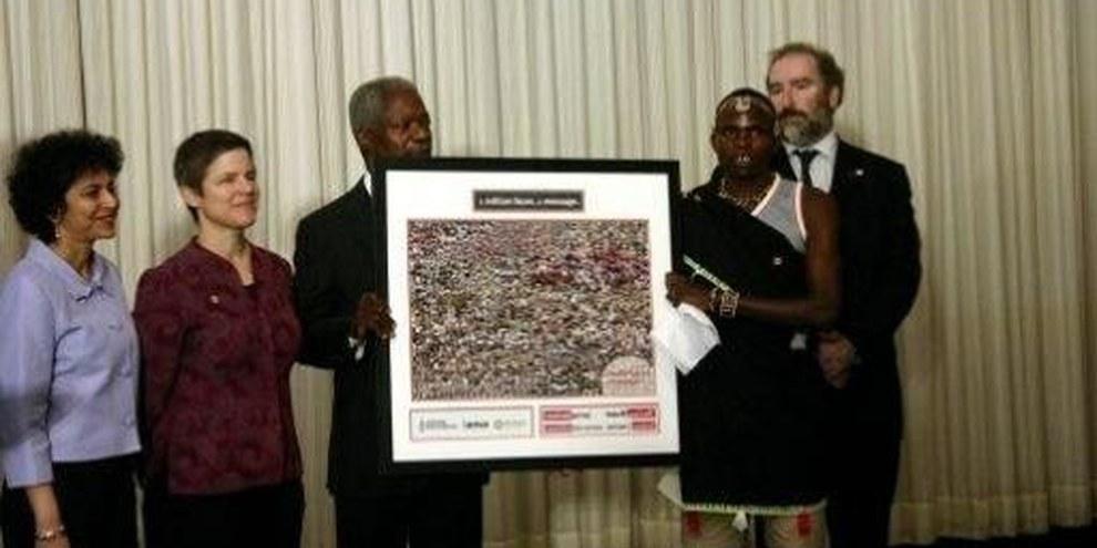 Julis Arile, la millionième personne à ajouter son portrait à la pétition, remet la pétition au Secrétaire général de l'ONU Kofi Annan lors du premier jour de la conférence sur les armes légères. © Carolina Penafiel/Control Arms