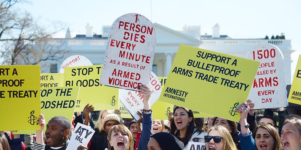 Amnesty International et ses sympathisants ont mené sans relâche un travail de pression et de campagne en faveur du TCA depuis les années 1990.  © AI
