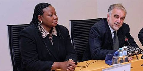 La procureur actuelle de la CPI, Fatou Bensouda, et son prodécesseur, Luis Moreno Ocampo. © Commons