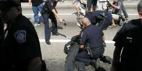 Août 2005. La police de Pittsburgh utilise un taser sur un manifestant. © Matt Toups/Pittsburgh Indymedia
