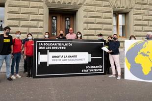Plus de 20'000 personnes demandent que la Suisse s'engage pour un accès universel aux vaccins contre le COVID-19