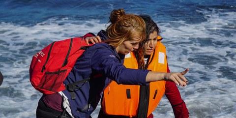 Les personnes qui aident les réfugiés et les migrants risquent d'être dénoncés et punis. Cette aide soutient un jeune migrant qui vient d'arriver à Lesbos. © Aleksandr Lutcenko / shutterstock.com