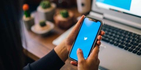 Le réseau social Twitter fait encore trop peu pour prévenir les violences à l'égard des utilisatrices. Résultat, beaucoup d'entre elles s'autocensurent. ©Shutterstock/Travel man