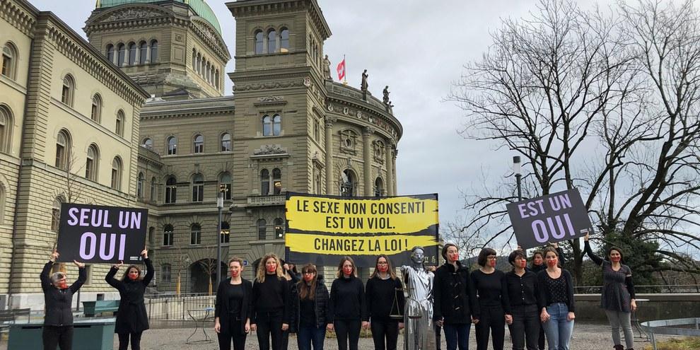 Action devant le Palais fédéral lors de la remise de la pétition «Justice pour les victimes de violences sexuelles» en novembre dernier. ©AI/Philipe Lionnet