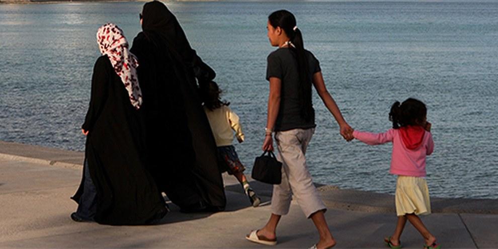 Des femmes du Sud-Est asiatique se retrouvent exploitées comme domestiques au Qatar. Les cas de mauvais traitements sont nombreux. | © AI