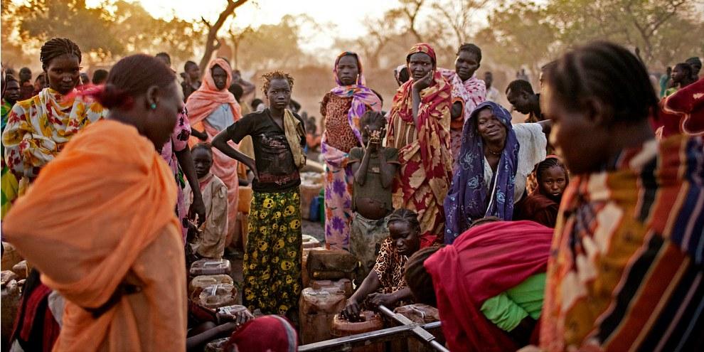 Des femmes réfugiées dans un camps près de la frontière disputée entre le Nord-Soudan et le Sud-Soudan. © Pete Muller