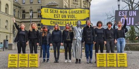 37'000 personnes ont signé la pétition d'Amnesty International réclamant un nouveau droit pénal en matière sexuelle. Ici, une action devant le Palais fédéral. ©AI/Philipe Lionnet