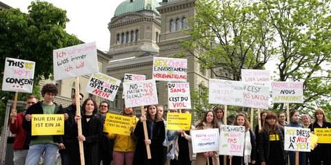 Action devant le Palais fédéral demandant une modification du droit pénal sexuel. ©AI