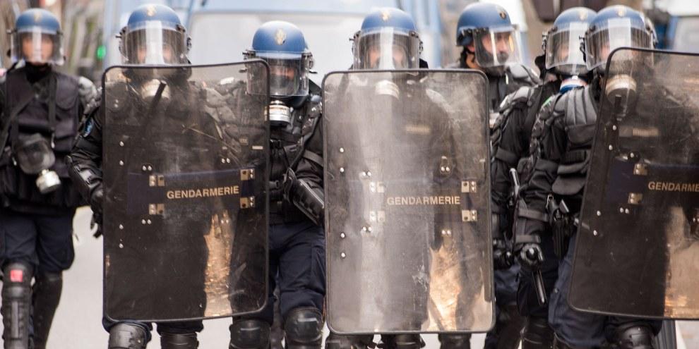 Des policiers belges en tenue anti-émeute en marche vers la commune de Molenbeek à Bruxelles, Belgique, 2 avril 2016. ©Martin Barzilai