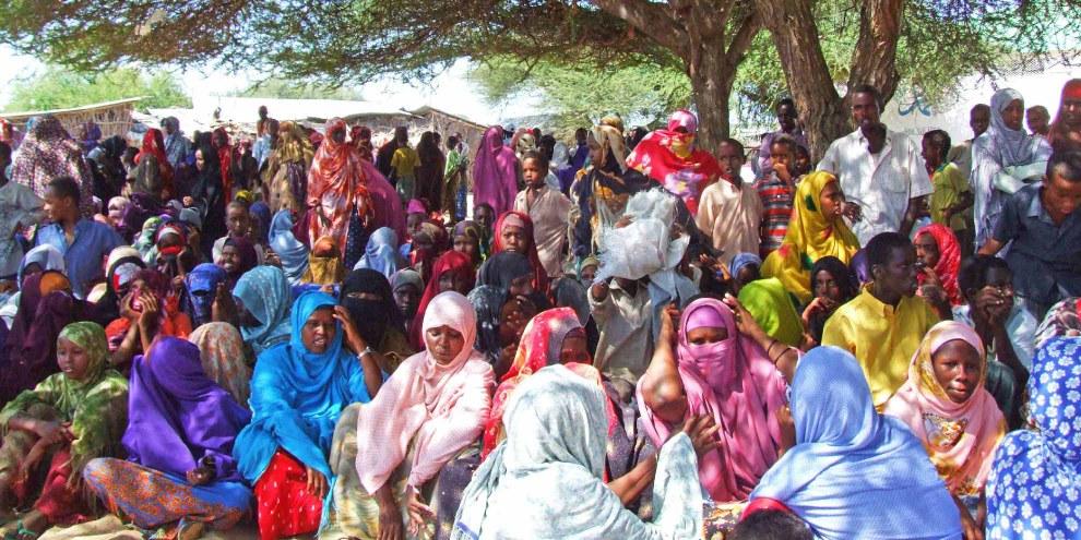 Des réfugiés somaliens attendent la distribution de nourriture. © Private