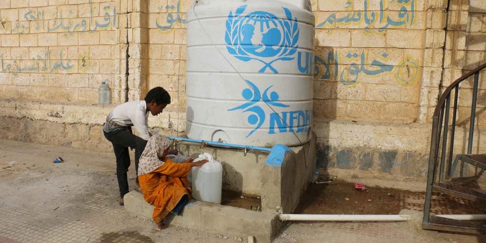 Droit à l'eau: ces enfants réfugiés doivent chercher de l'eau dans une école. © Amnesty International