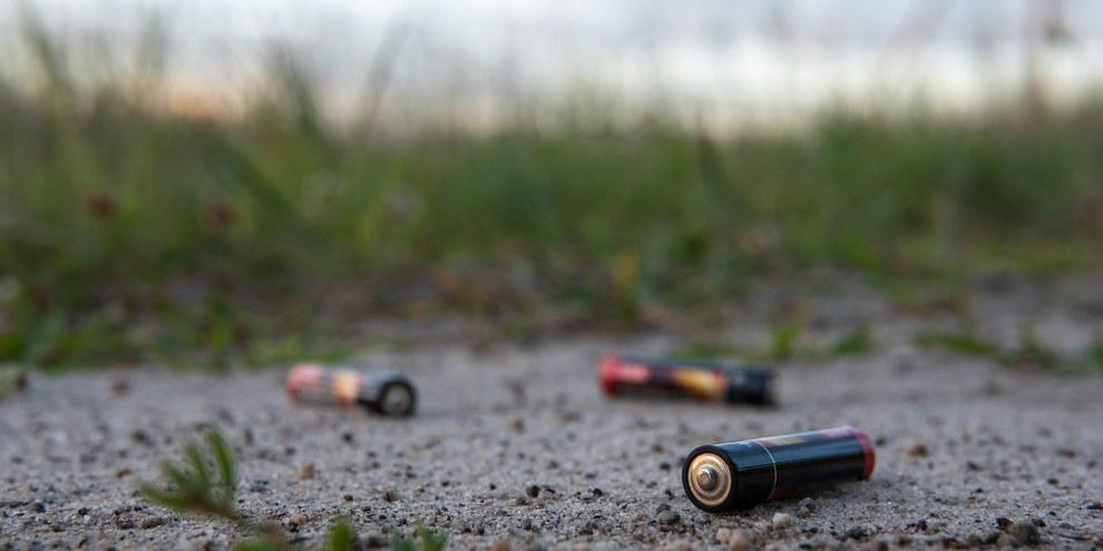 Les piles ne sont pas seulement une charge pour l'environnement si elles ne sont pas éliminées correctement. Les droits humains sont également toujours violés dans l'extraction des matières premières. ©bews / Shutterstock.com