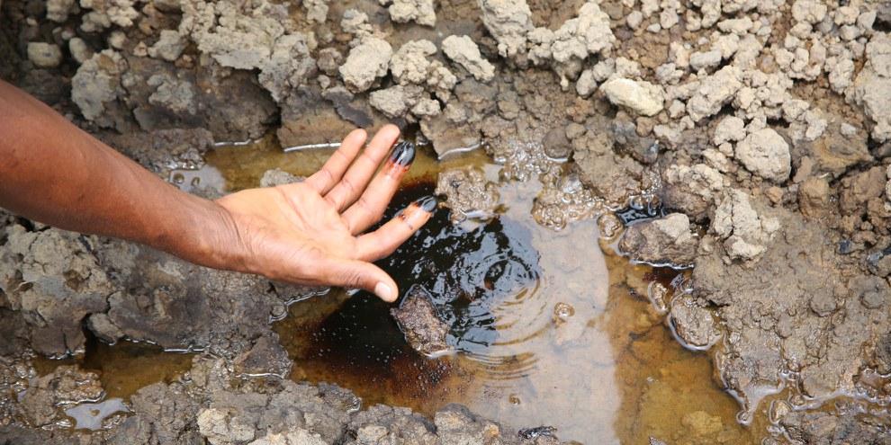 Le sol du Bomu Manifold, une installation de traitement des coquillages à Kegbara Dere dans l'État de Rivers, au Nigeria, est toujours contaminé des années après la marée noire. ©Amnesty International