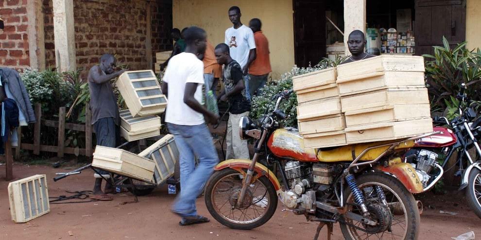 Vente de boîtes de filtrage des diamants à Berberati, République centreafricaine. © Amnesty International
