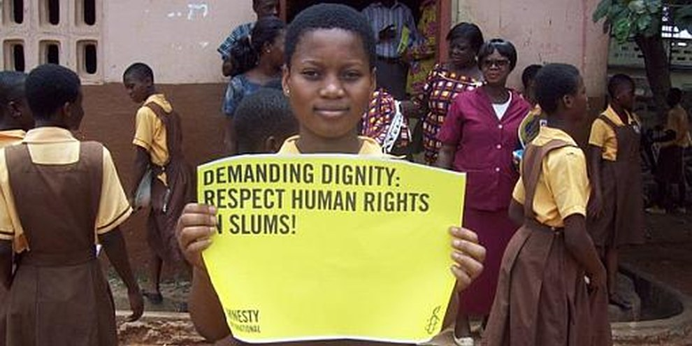 Une écolière participant à la campagne «Exigeons la dignité» d'Amnesty International, au Ghana, en mars 2010. © AI