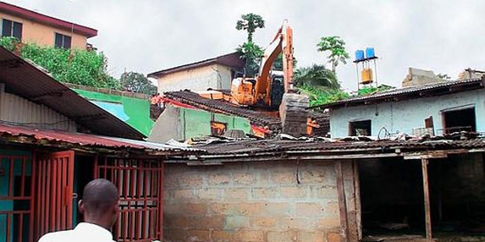 Un bulldozer demolit des maisons dans la communauté Njemanze à Port Harcourt.  © DR