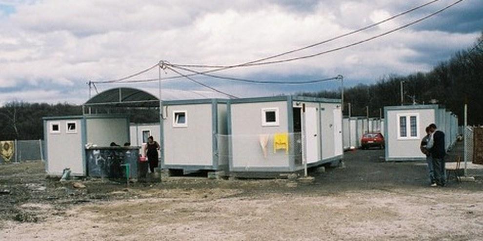 Une mission d'Amnesty International rencontre des Roms dans un quartier de containers, février 2010. © AI