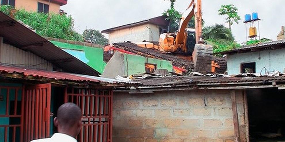 Août 2009: Un bulldozer rase le quartier de Njemanze à Port Harcourt, au Nigeria. © DR