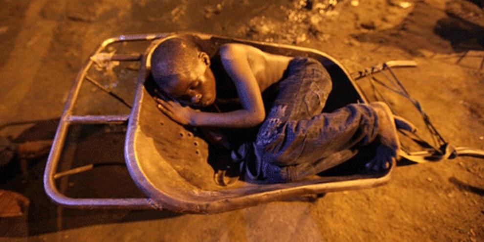Juwell et une centaine d'autres enfants sont sans abris à Port Harcourt, Nigeria. © George Osodi/AI