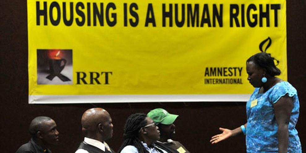 Des délégué·e·s et des résident·e·s de logements informels discutent lors d'un forum public sur le droit au logement, le 22 mars 2012, Nairobi, Kenya. © AI (photographer: Riccardo Gangale)