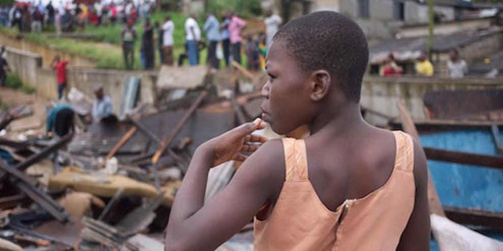 Jeune femme dont la maison vient d'être démolie. Quartier d'Abonnema Wharf, 27 juin 2012. © CMAP, 2012