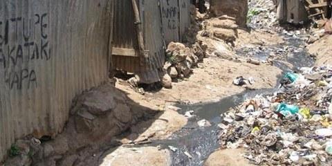 A cause du mauvais état des routes à Kibera, les pompiers ont difficilement eu accès au lieu de l'incendie. © AI