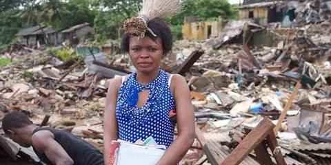 Une femme lors d'une expulsion forcée au Nigéria, en juillet 2012. © Private