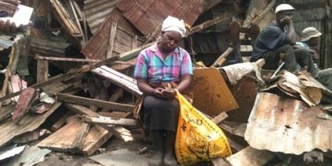 Cette femme de Nairobi doit affronter la saison des pluies après l'expulsion forcée du 10 mai. © Amnesty International