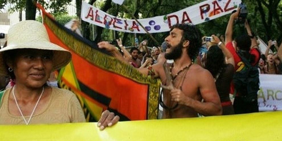 Des membres des communautés indigènes Yakye Axha et Sawhoyamaxa, du Paraguay, manifestent pour le respect de leurs droits. © AI