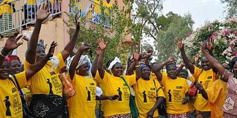 Un groupe de femmes expriment leur soutien pour la campagne d'Amnesty International sur la mortalité maternelle, à Kaya, Burkina Faso. © AI