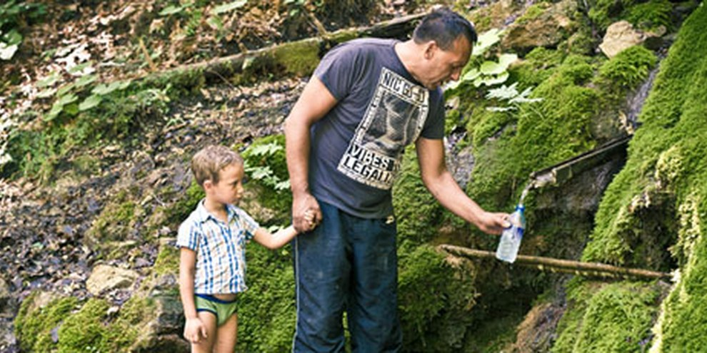 Les populations marginalisées, comme les Roms, ont souvent un accès limité à l'eau potable. © Borut Peterlin