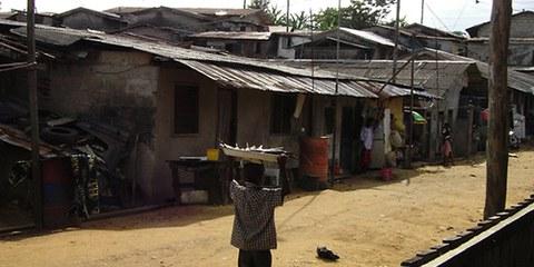 Des expulsions forcées dans les bidonvilles d'Abonnema Wharf (Nigeria) ont eu lieu en 2012. © AI