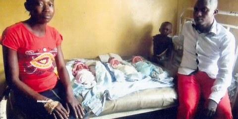 Une famille dont la maison a été détruite suite aux évictions forcées. © Amnesty International