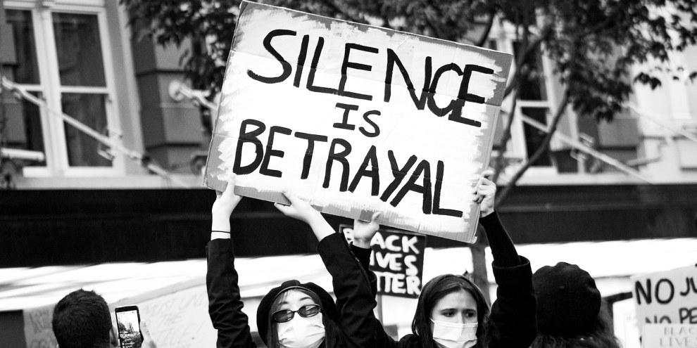 «Le silence est une trahison»: Affiche lors d'un rassemblement de Black Lives Matter à Auckland en juin 2020. © Alexandra Kathrine Carr