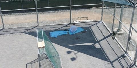Un détenu assis dans la cour extérieure du centre de Guantánamo, le 18 mars 2011. © US DoD