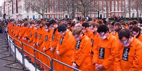 Des manifestants demandent la fermeture de la prison militaire de Guantánamo devant l'ambassade américaine à Londres. © Pres Panayotov / shutterstock.com