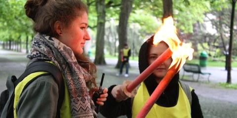 Remise de la flamme des droits humains durant l'action pour le lancement de la campagne Rio 2016 © Amnesty International