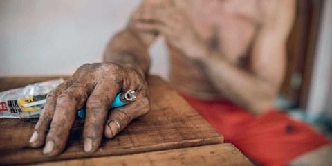 I raccoglitori di arance non possono mancare nemmeno un giorno di lavoro perché rischiano di rimanere senza salario, ha raccontato questo operaio incontrato dal giornalista Adrià Budry Carbó. Nonostante la pandemia di Covid-19 che ha duramente colpito il Brasile, il business non si è fermato. ©Marcos Weiske per Public Eye