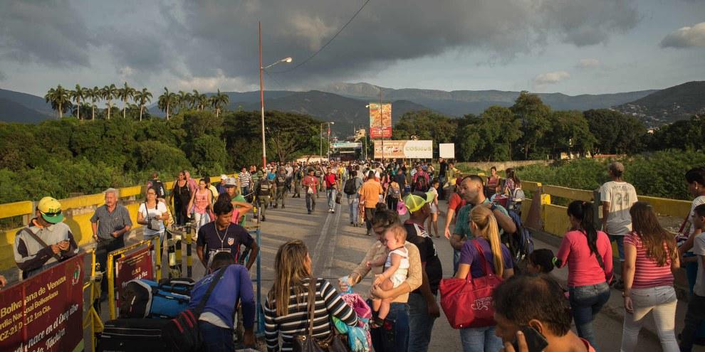 Le Americhe sono una regione segnata da profonde disuguaglianze e violenze che COVID-19 potrebbe ulteriormente rafforzare. Qui i rifugiati venezuelani attraversano il confine con la Colombia. ©Amnesty International/Sergio Ortiz