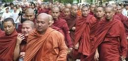 Manifestazione di protesta il 23 settembre a Rangoon ©  AP/PA