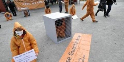 In Svizzera un'azione accompagnata dallo slogan «Close Guantanamo! Yes we can» si è svolta sabato 10 gennaio, davanti alla stazione di Berna. © Valérie Chételat