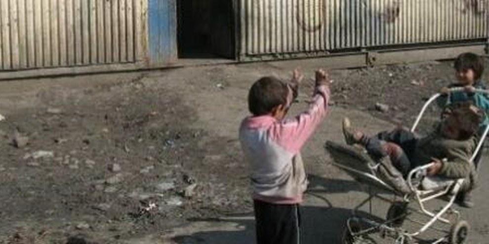 I Rom, come per esempio questi bambini in Slovacchia, sono molto spesso vittime di discriminazione anche nel loro paese d'origine. © AI
