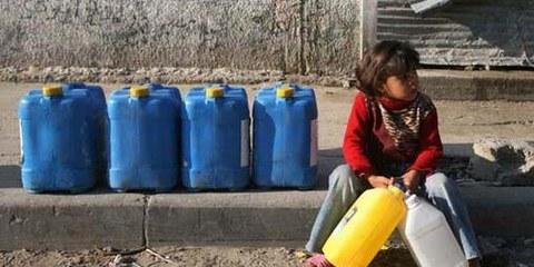 Ragazzina palestinese in attesa di ricevere acqua. © Iyad El Baba/UNICEF-oPt